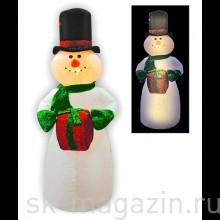 Снеговик в цилиндре с блестящим подарком